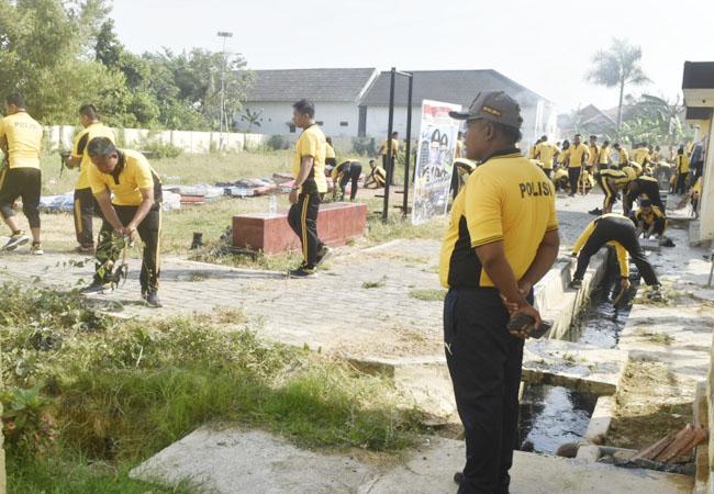 https://seputarmadura.com/wp-content/uploads/2019/10/Jelang-Musim-Hujan-Polres-Sumenep-Bersih-Bersih-Belakang-Asrama.jpg