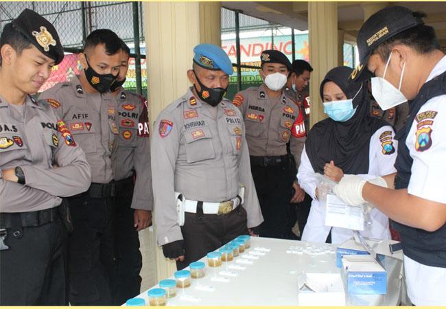 https://seputarmadura.com/wp-content/uploads/2021/04/Dadakan-32-personel-Sat-Sabhara-Polres-Sumenep-Tes-Urine.jpg