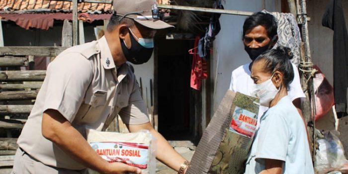 https://seputarmadura.com/wp-content/uploads/2021/07/ASN-Polres-Bangkalan-Bagi-bagi-Sembako-Door-to-Door-Kepada-Warga-Terdampak-Covid-19.jpg